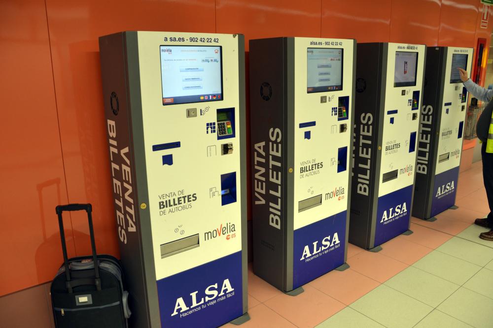 En Plaza Eliptica encontrarás puntos de venta electrónicos de ALSA donde también puedes comprar los billetes / Foto: OgoTours