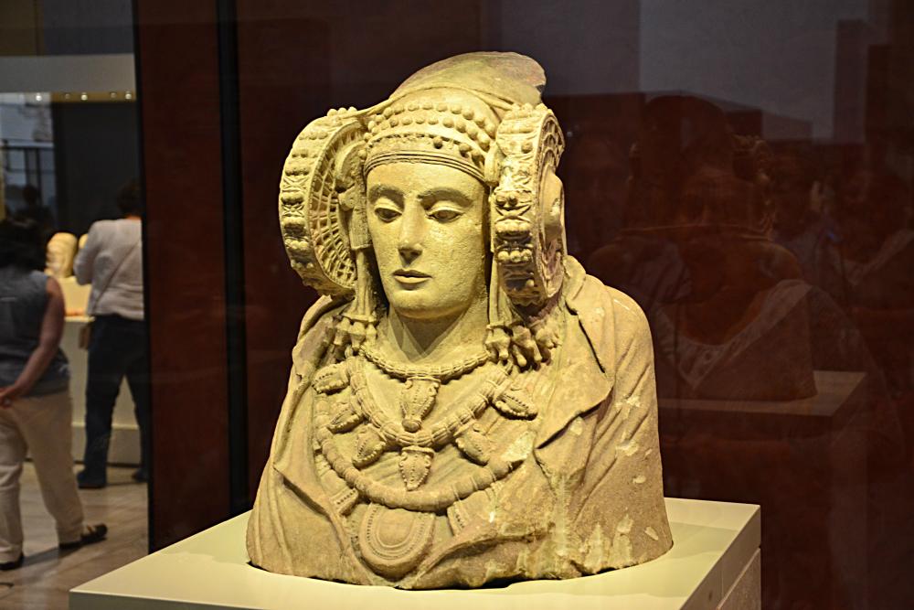 La estrella del Museo Arqueológico es la Dama de Elche, una increíble escultura ibera que fue esculpida entre los siglos V y IV a. C.