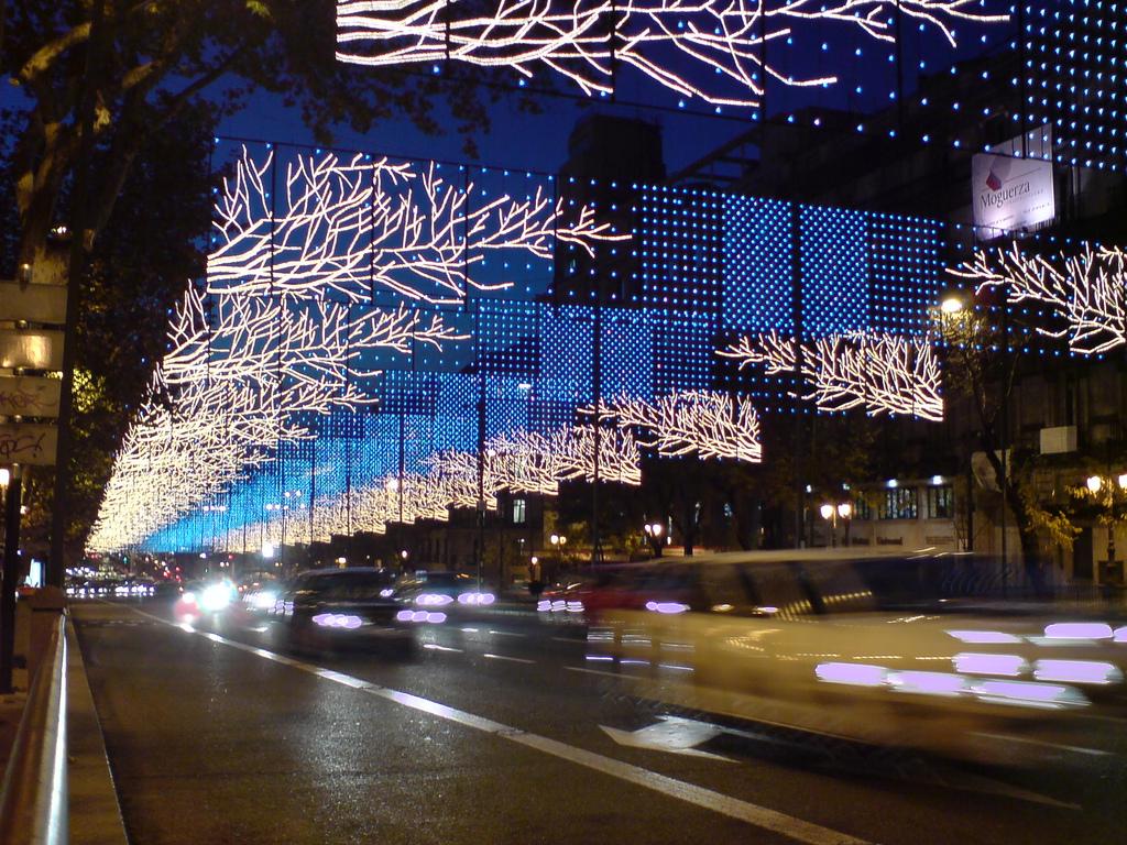 Una de las mejores formas de disfrutar la iluminación Navideña de Madrid es subirse al Naviluz