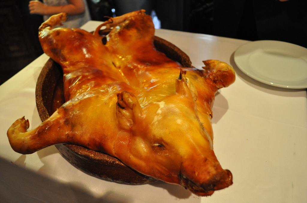 El cochinillo asado es el plato estrella de la gastronomia local, crujiente por fuera y tierno en el interior / Foto: katiebordner (Flickr / C.C.)
