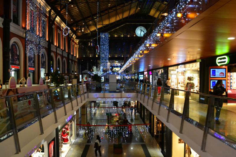 Donde ir de compras en Madrid -Centro Comercial Príncipe Pio decorado durante la Navidad/ foto: OgoTours