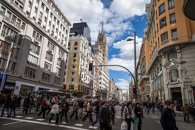 Dónde ir de compras en Madrid - Además de las infinidad de opciones para ir de compras, en la calle Gran Vía podrás admirar edificios realmente increíbles / foto: dtpancio (Flickr / C.C.)
