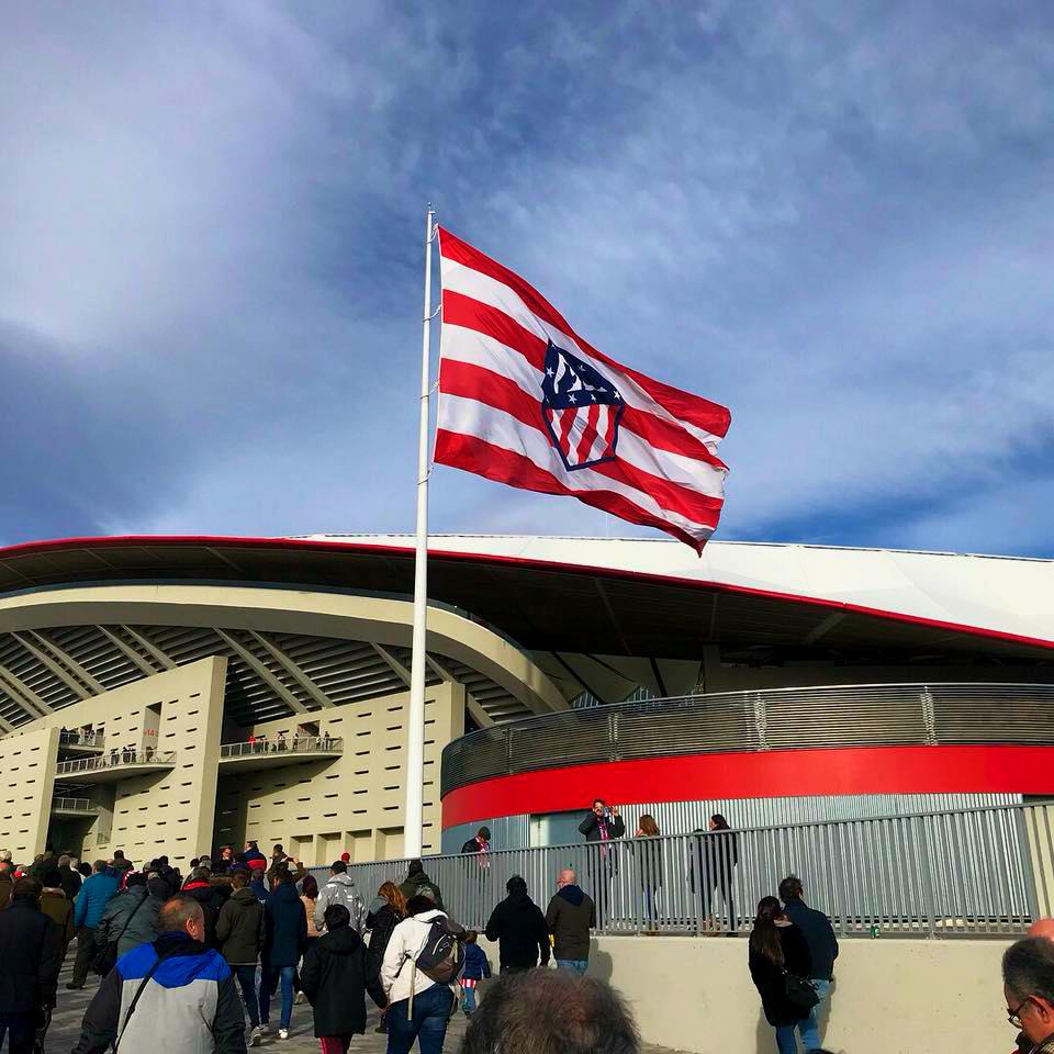 Cómo ir al Estadio Wanda Metropolitano - La enorme bandera colocada en una de las entradas del estadio mide 21m X 14m y un peso de 35 kilos / Foto: OgoTours