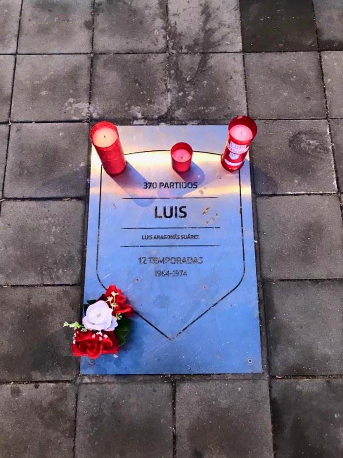 Cómo ir al estadio Wanda Metropolitano - La placa de Luis Aragones es la más querida entre los aficionados que suelen dejar velas y flores cada día de partido / Foto: OgoTours