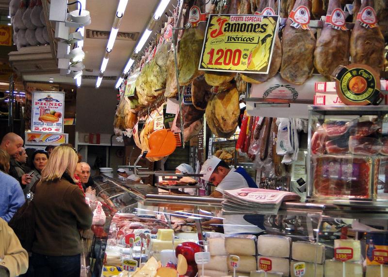 Como ahorrar visitando Madrid | En el Museo del Jamón encontrarás una amplia variedad de jamones. Pero no solo jamón, también cuentan con restaurante donde podrás comer todo tipo de platos tradicionales | Foto: OgoTours
