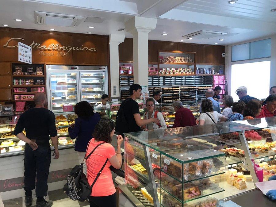 Consejos para ahorrar en Madrid | Si hay una pastelería emblemática en Madrid, esa es la Mallorquina. Y lo mejor es que está situado en plena Puerta del Sol | Foto: OgoTours
